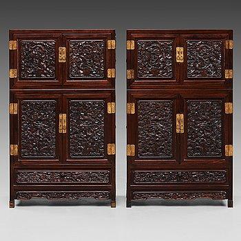 93. SKÅP, ett par, hardwood. Sen Qingdynasti (1644-1912).