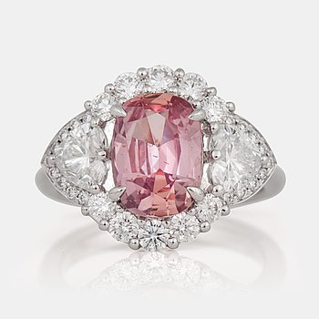 1158. RING med obehandlad padparadscha (orange-rosa safir) samt diamanter.