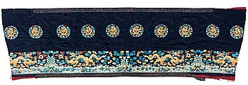 106. AN ALTAR DRAPE, embroidered silk. A fragment. China late Qing dynasty. 66,5 x 213-231,5 cm.