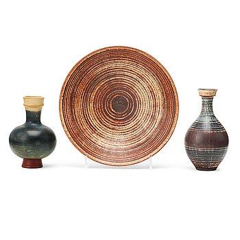 37. WILHELM KÅGE, vaser, 2 st och skål, stengods, Farsta, Gustavsbergs studio 1950-tal.