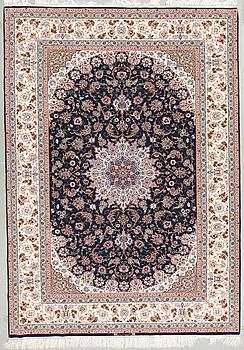 A part silk Esfahan carpet, signed. Around 302 x 215 cm.