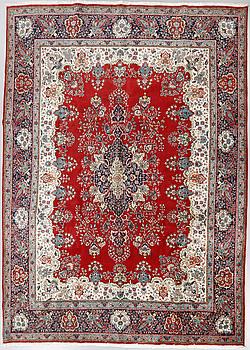 A Täbriz rug, 392 x 295 cm.