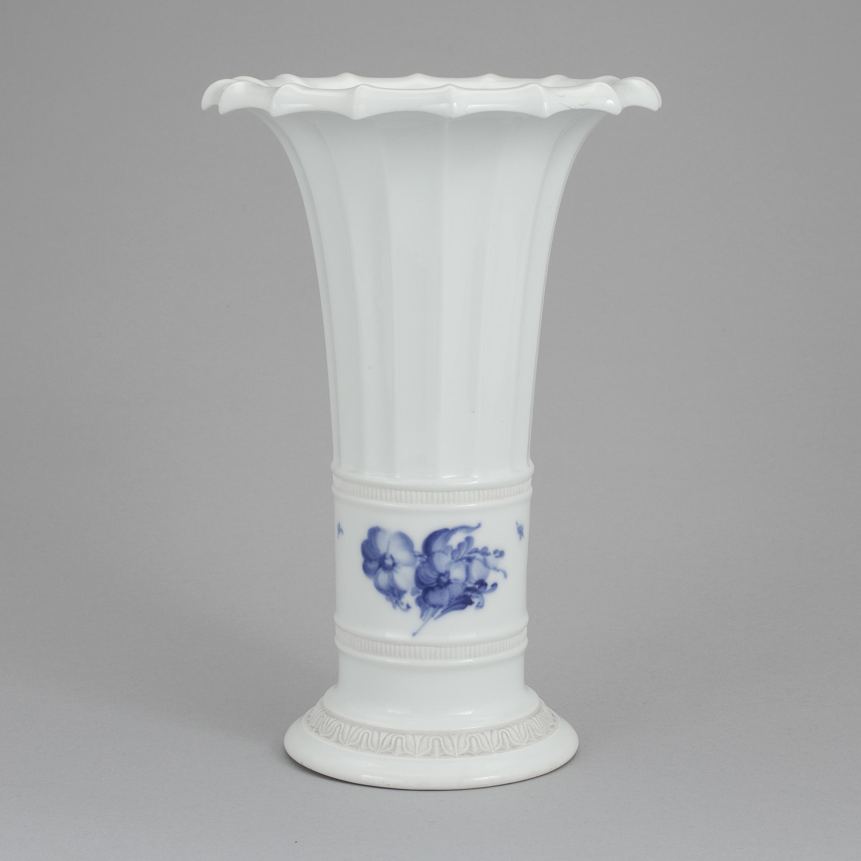 Royal copenhagen a fluted trumpet vase 8569 from royal copenhagen 10059275 bukobject reviewsmspy