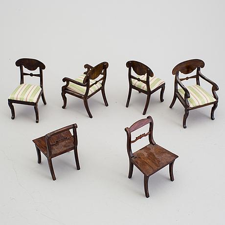 A lot of 18 pieces of doll house furniture by nolbyn värmländskt hantverk first half of the 20th century.