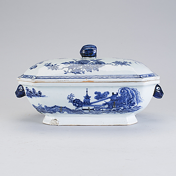 A blue and white tureen with lid, Qing dynasty, Qianlong (1736-95).