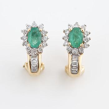 ÖRHÄNGEN, med smaragder och baguette och biljantslipade diamanter.