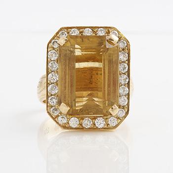 RING, med fasettslipad citrin ca 19.00 ct samt briljantslipade diamanter ca 1.00 ct.