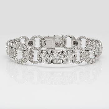 A 7.85 cts brilliant-cut diamond bracelet.
