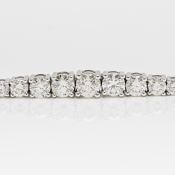 A 5.00 ct brilliant-cut diamond bracelet.