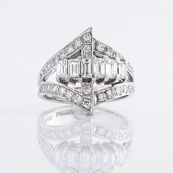 A ca 1.00 cts brillant and baguette cut diamond ring.