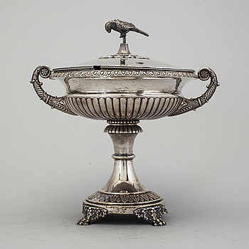 ADOLF ZETHELIUS, A silver sugar bowl with lid by Adolf Zethelius, Stockholm,  1826, weight 763 grams.