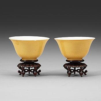 290. SKÅLAR, ett par, porslin. Qingdynastin, Yongzhengs sex karaktärers märke och period (1723-35).