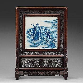 292. BORDSSKÄRM, trä och porslin. Qingdynastin, 1800-tal.