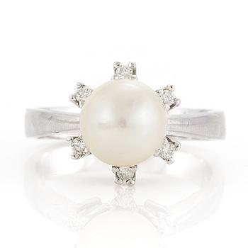 OLE LYNGGAARD, ring med en odlad pärla omgivs av briljantslipade diamanter.
