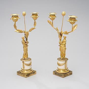 ETT PAR SENGUSTAVIANSKA KANDELABRAR, marmor och förgylld brons, 1800-talets början.