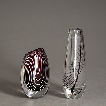 828584. VASER, två st, glas, Vicke Lindstrand, en signerad.