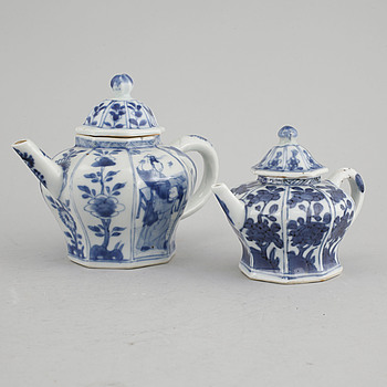 Two porcelain blue and white chinese pots, Kanxi (1662-1722).
