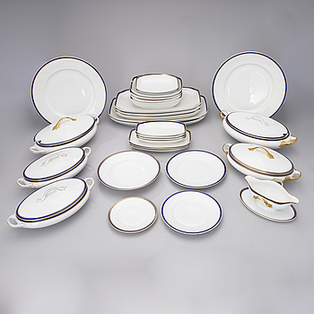 AN EARLY 20TH CENTURY 109 PIECE PORCELAIN DINNER SET BY ROSENTHAL.