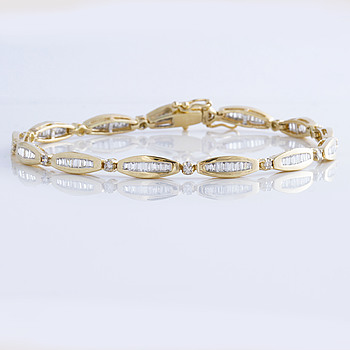 BRACELET, A ca 1,85 cts brilliant and baguette cut diamond bracelet.