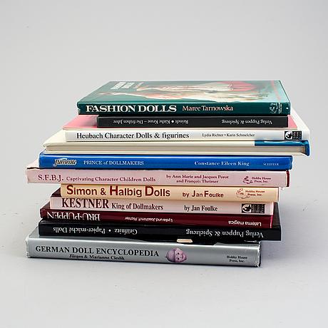A lot of twelve books regarding antique dolls