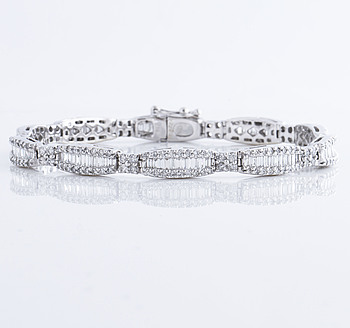 BRACELET, A ca 6.90 cts brilliant and baguette cut diamond bracelet.