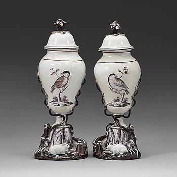 134. Ett par fajansvaser med lock, Marieberg, 1700-tal.