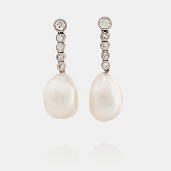 580. ÖRHÄNGEN med troligen orientaliska pärlor samt briljantslipade diamanter totalt ca 0.54 ct.