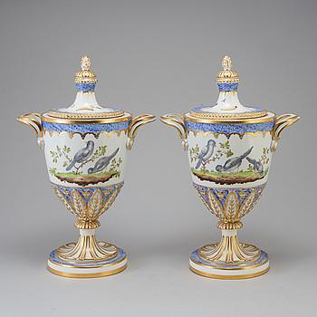 URNOR med LOCK, ett par, porslin, Sèvres-liknande märke, Frankrike, 1800-tal.
