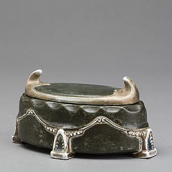 ASK MED LOCK, glaserad keramik, jugend omkring 1900.