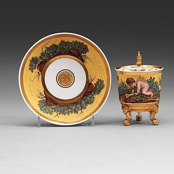 138. En porslinskopp med fat, troligen Ryssland, kejserliga porslinsmanufakturen, St Petersburg, 1800-talets första hälft.