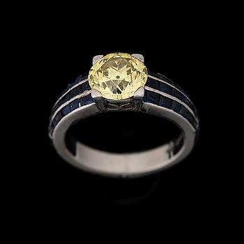RING, Vacheron Constantin, briljantslipad gul diamant ca 2,00 ct, carréslipade safirer, platina. Geneve 1950-tal.