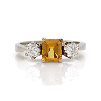 A circa 1.00 ct yellow sapphire and brilliant cut diamond ring. Total carat weight of diamonds circa 0,50 ct.