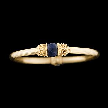 ARMRING, 18K guld, lapis lazuli. Ilias Lalaounis, Grekland.