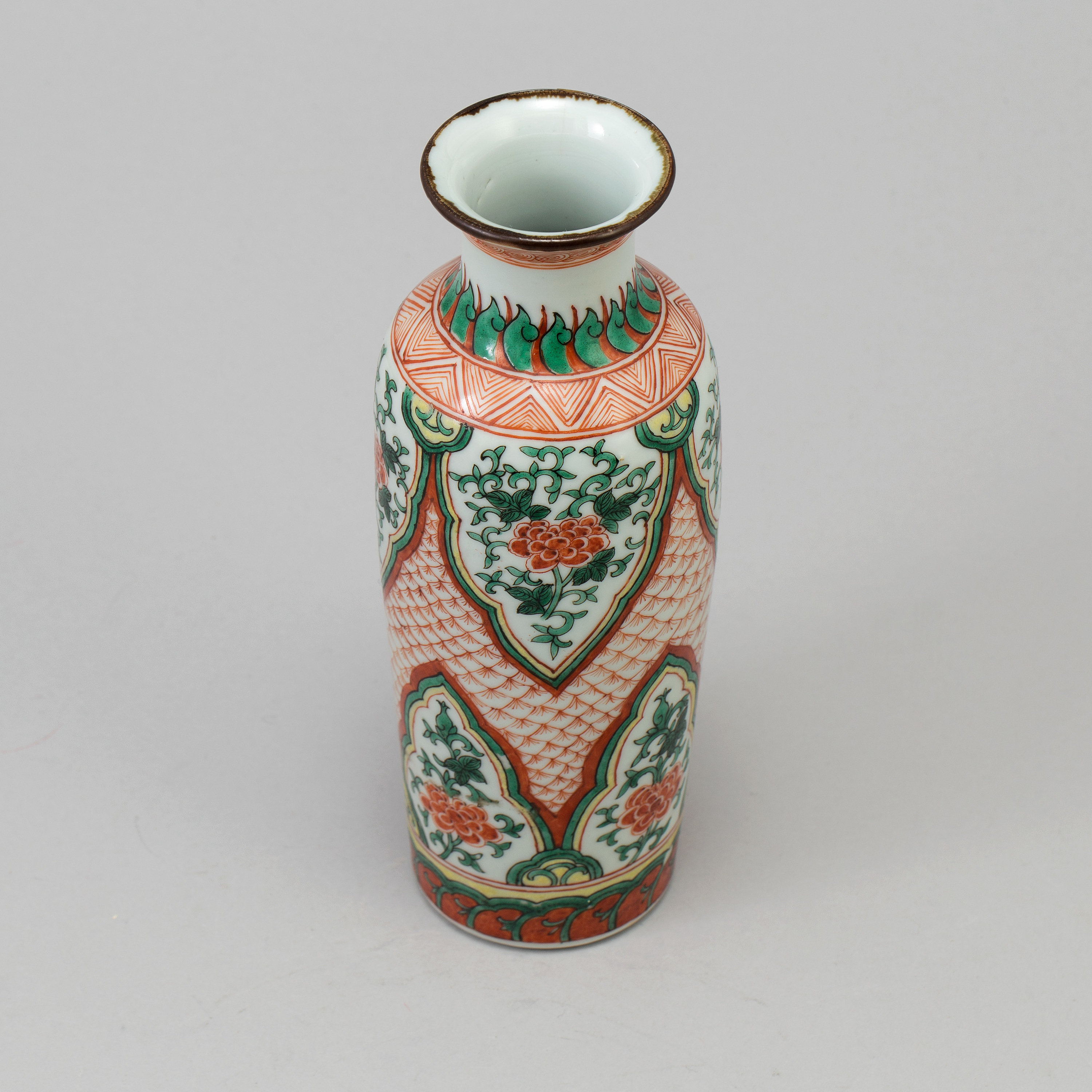A Chinese wucai porcelain rouleau vase, Qing dynasty (1644-1912). - Bukowskis