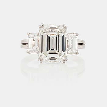 990e6d52 A 5.37 ct emerald cut diamond ring. Quality H/VVS2 according to