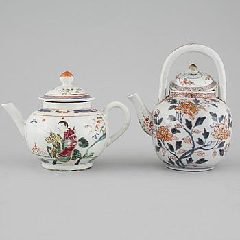 TEKANNOR, 2 st, porslin, Kina och Japan, 1700-tal.