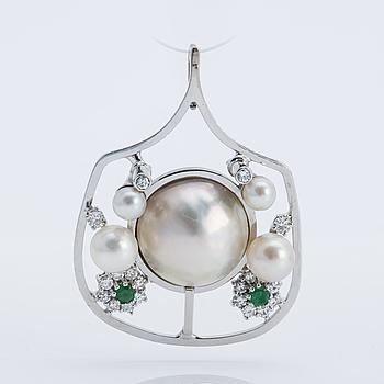 HÄNGE, 18K vitguld med diamanter, pärlor samt smaragder.