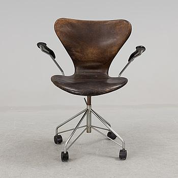 """ARNE JACOBSEN, """"Sjuan"""". Modell 3117.  daterad 1971 för Fritz Hansen, Danmark."""