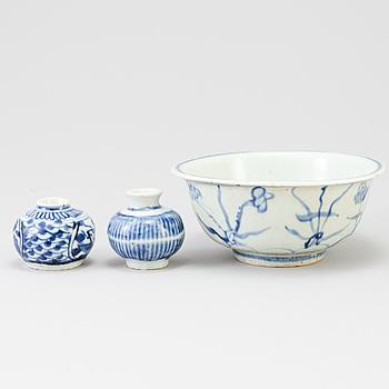 SKÅL och VASER, 2 st, blåvita, Kina, porslin, sannolikt Mingdynastin.