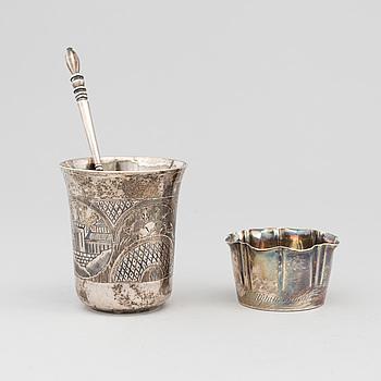 BÄGARE 2 st samt SKED, Silver, Ryssland, 1800-talets slut-/1900-talets början. Total vikt 116 g.