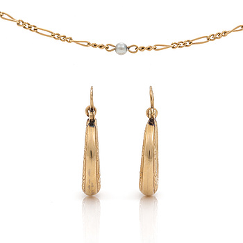 ÖRHÄNGEN, ett par samt HALSBAND med odlade pärlor, 18K guld.