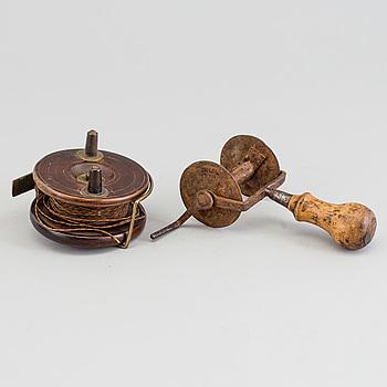 FISKERULLAR, 2 st, smide, trä och mässing, 1800-tal.