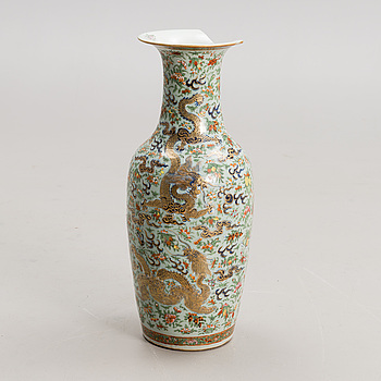 A CHINESE PORCELAIN VASE, 19th century.