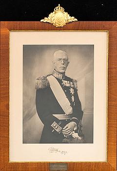 GRAFISKT BLAD, porträtt av Gustav V egenhändigt signerat och daterat 1949, Nordisk Rotogravyr.