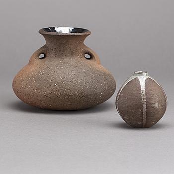 GUTTE ERIKSEN, vaser 2 st  signerad samt en daterad 46 delvis glaserat stengods.