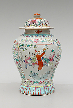 A CHINESE PORCELAIN URN AND COVER, 20th century.