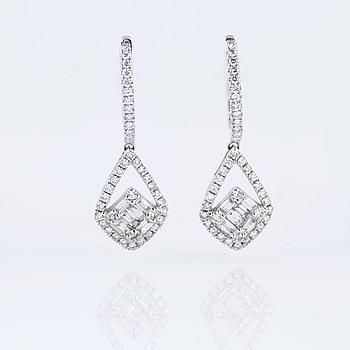 ÖRHÄNGEN, med briljant och baguetteslipade diamanter ca 0.85 ct.