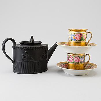 TEKANNA samt KOPPAR MED FAT, ett par, bland annat Elijah Mayer, England. 1700-1800-tal.