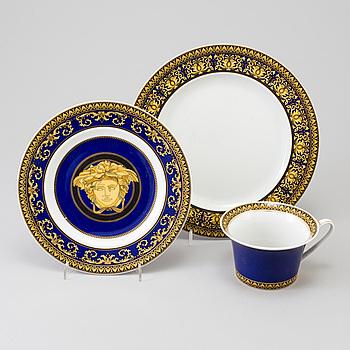 """KAFFEKOPP MED FAT OCH TVÅ ASSIETTER, porslin, """"Medusa Blue"""", Versace, Rosenthal."""