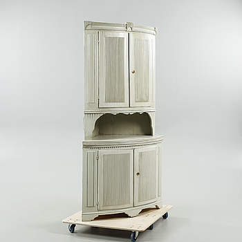A corner cupboard from the first half of the 19th centruy.